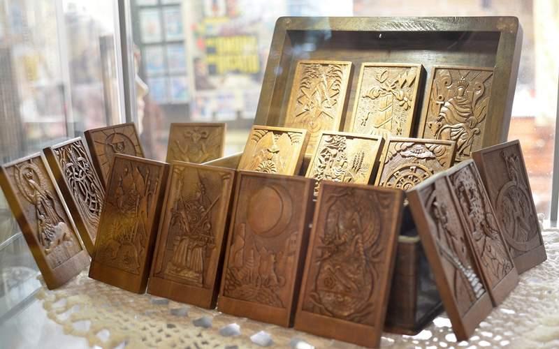 Таро Кашмира состоит из 22-х рельефов из древесины грецкого ореха. Ручная работа. Автор Николаас ван Беек